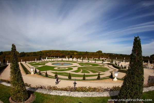 The image showa the Versailles gardens